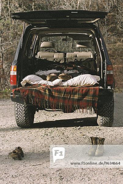 stehend Auto schlafen Stiefel Boden Fußboden Fußböden Fokus auf den Vordergrund Fokus auf dem Vordergrund jung