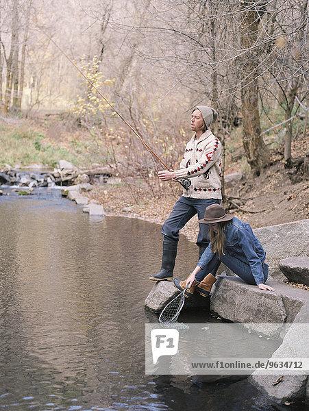 Wald Fluss angeln jung