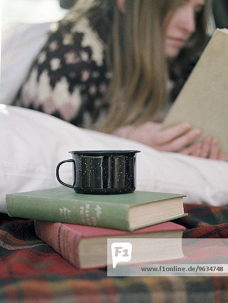 stehend junge Frau junge Frauen Becher Buch 2 Taschenbuch vorlesen
