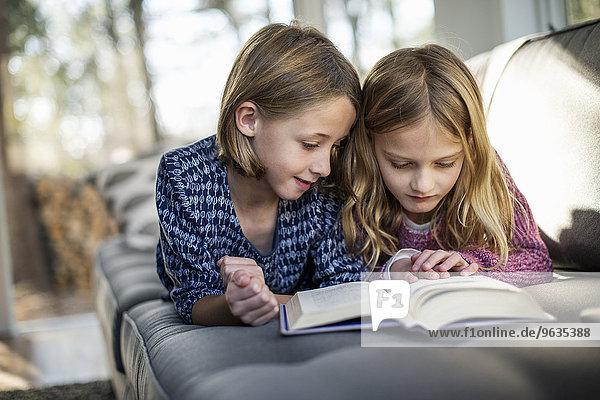 liegend liegen liegt liegendes liegender liegende daliegen blond sehen Couch Buch 2 Mädchen Taschenbuch