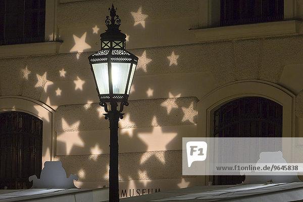 Laterne mit Weihnachtsbeleuchtung und Hofburg  Michaelerplatz  Innere Stadt  Wien  Österreich  Europa