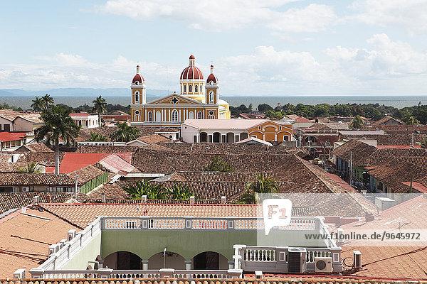 Kathedrale über den roten Dächern von Granada  Provinz Granada  Nicaragua  Nordamerika