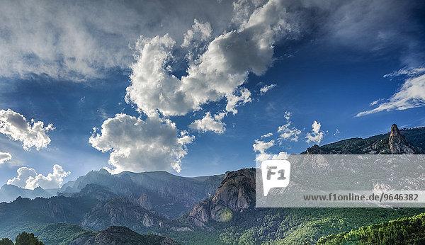 Felsige Landschaft mit Wolkenhimmel  Col de Bavella  Bavella-Massiv  Korsika  Frankreich  Europa