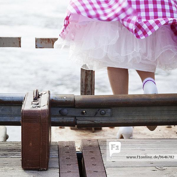 Beine einer Frau mit Petticoat  daneben ein alter Koffer  Brücke Piteälv  Norbottens län  Schweden  Europa
