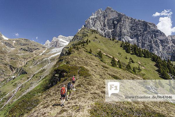 Bergsteiger beim Aufstieg auf den Lampskopf über den Klettersteig in Pflersch am Fuße des Tribulaun  darunter der Lampskopf  Goglberg  Pflerscher Tal  Wipptal  Eisacktal  Südtirol  Trentino-Südtirol  Italien  Europa