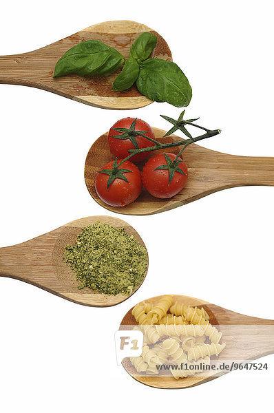 Holzkochlöffel mit Basilikum  Tomaten  Kräutergewürz und Nudeln