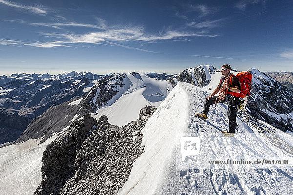 Bergsteiger auf dem Gipfelgrat der Tuckettspitze am Stilfser Joch  hinten der Monte Cristallo  Hohe Schneide  Trafoiertal  Ortlergruppe  Ortlergebiet  Nationalpark Stilfser Joch  Südtirol  Trentino-Südtirol  Italien  Europa