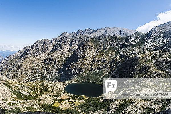 Ausblick auf den Bergsee Lac de Capitello mit Umgebung  Restonica Hochtal  Corte  Département Haute-Corse  Korsika  Frankreich  Europa