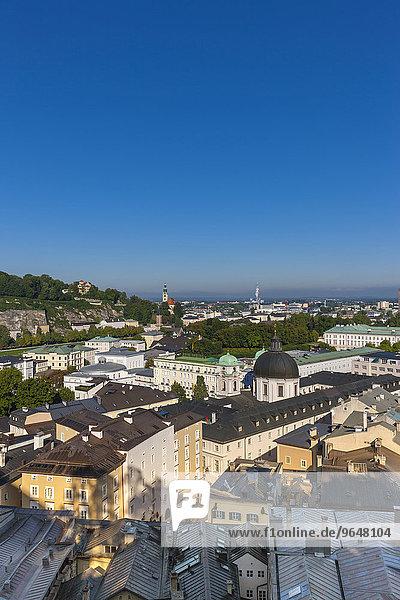 Ausblick vom Kapuzinerberg über die Neustadt mit Dreifaltigkeitskirche  Hotel Bristol und Schloss Mirabell  Stadt Salzburg  Salzburger Land  Österreich  Europa