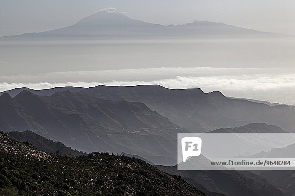 Ausblick Mirador Degollada de Paraza auf den Osten von La Gomera und den Teide auf Teneriffa  La Gomera  Kanarische Inseln  Spanien  Europa