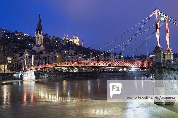 Fußgängerbrücke Saint-Georges  Kathedrale Saint-Jean und die Basilika Notre-Dame de Fourvière bei Nacht  Lyon  Rhône-Alpes  Frankreich  Europa
