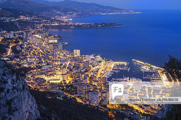 Küstenstrich mit der Stadt in der Abenddämmerung  Monaco  Europa