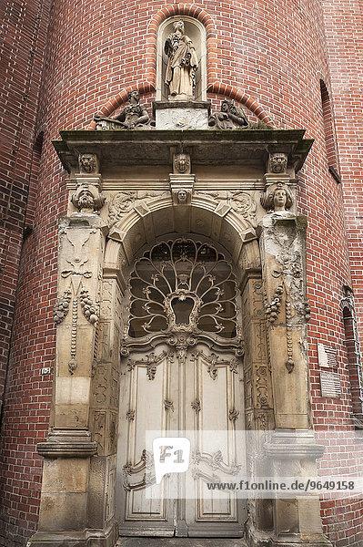Sandsteinportal vom Amtshaus der Krämerkompanie von 1587  reich beschnitzte Oberlichttür des Rokoko aus der Zeit um 1765-70  Lübeck  Schleswig-Holstein  Deutschland  Europa