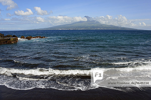 Insel und Berg Pico  Strand  Praia do Almoxarife  Faial  Azoren  Portugal  Europa