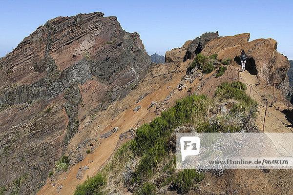 Wanderweg vom Pousada do Arieiro zum Pico Ruivo  links der Pico do Arieiro  Parque Natural da Madeira  Madeira  Portugal  Europa