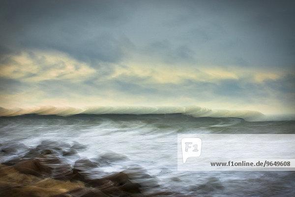 Stürmische Ostseeküste mit Findling  abstrakt  Rügen  Mecklenburg-Vorpommern  Deutschland  Europa