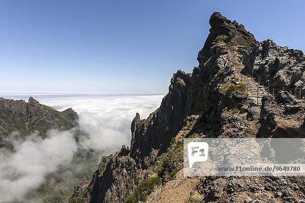 Wanderweg vom Pousada do Arieiro zum Pico Ruivo  Passatwolken stauen sich an den Berghängen  Parque Natural da Madeira  Madeira  Portugal  Europa