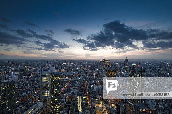 Ausblick über die Stadt bei Dämmerung vom Maintower mit Hochhäusern im Bankenviertel  Frankfurt am Main  Hessen  Deutschland  Europa
