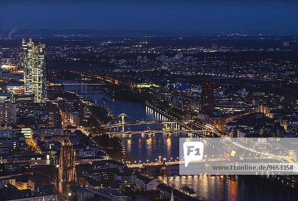 Ausblick über die Stadt zur Dämmerung mit dem Main  links die hell erleuchtete Europäische Zentralbank  EZB  Innenstadt  Frankfurt am Main  Hessen  Deutschland  Europa
