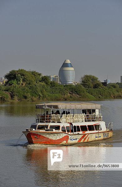 Ausflugsboot auf dem Nil  hinten das futuristische Corinthia-Hotel  Khartum  Sudan  Afrika