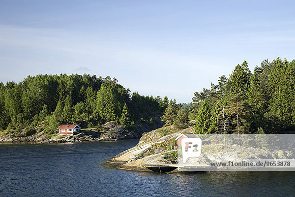 Rote Häuschen am Gullmarn-Fjord  Bohuslän  Schweden  Europa