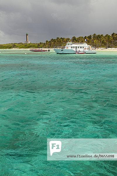 Boote vor Insel mit Leuchtturm  Petite Terre  Guadeloupe  Nordamerika Boote vor Insel mit Leuchtturm, Petite Terre, Guadeloupe, Nordamerika