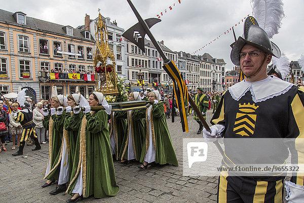 Stadtfest Doudou  Prozession von 1500 Menschen  teils in Originalgewändern  seit dem 13. Jahrhundert  Europäische Kulturhauptstadt 2015  Mons  Wallonien  Belgien  Europa