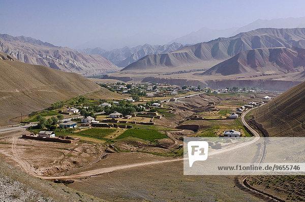 Kleines Dorf in den Bergen zwischen Sary Tash und Osh  Kirgisistan  Zentralasien