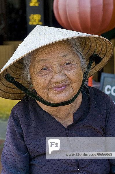 Alte Frau lächelt glücklich  Porträt  Hoi An  Vietnam  Asien