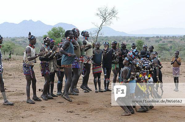 'Traditioneller Tanz beim Initiationsritual ''Sprung über die Rinder'' vom Stamm der Hamar  südliches Omotal  Äthiopien  Afrika'