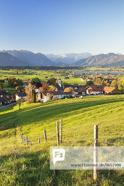 Ausblick von der Aidlinger Höhe über den Riegsee zum Wettersteingebirge  Oberbayern  Bayern  Deutschland  Europa