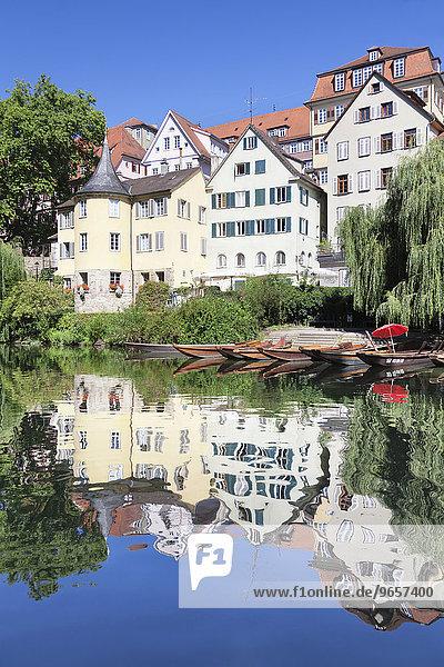 Tübinger Altstadt mit Hölderlinturm spiegelt sich im Neckar  Tübingen  Baden-Württemberg  Deutschland  Europa