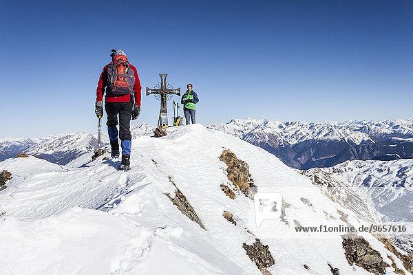Bergsteiger auf dem Gipfel des Penser Weißhorn oberhalb vom Penser Joch im Sarntal in den Sarntaler Alpen  Südtirol  Trentino-Südtirol  Italien  Europa