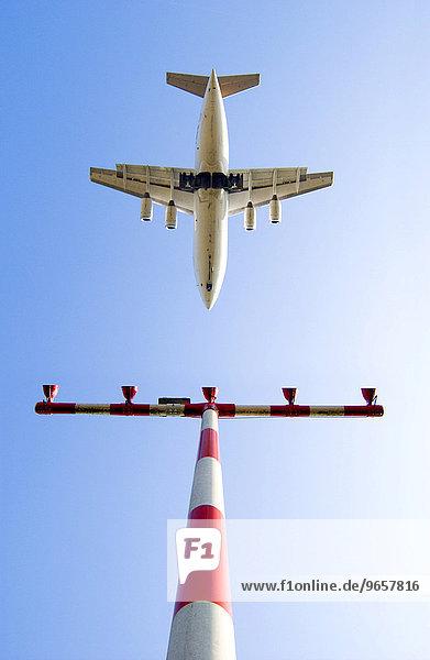 Passagierflugzeug überfliegt einen Mast mit Positionslampen beim Landeanflug auf den Flughafen Düsseldorf Passagierflugzeug überfliegt einen Mast mit Positionslampen beim Landeanflug auf den Flughafen Düsseldorf