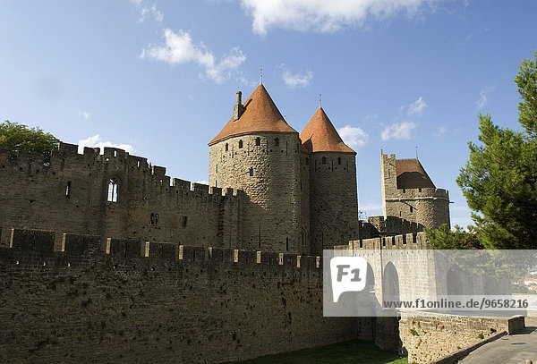 Porte Narbonnaise in der Festungsmauer von Carcassonne  Department Aude  Frankreich  Europa