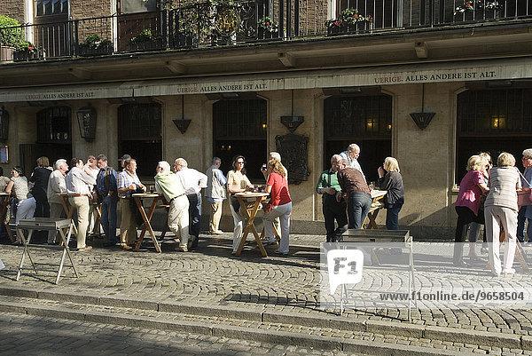 Biertrinker an Außentischen der Uerige Brauerei in der Altstadt von Düsseldorf  Nordrhein-Westfalen  Deutschland  Europa