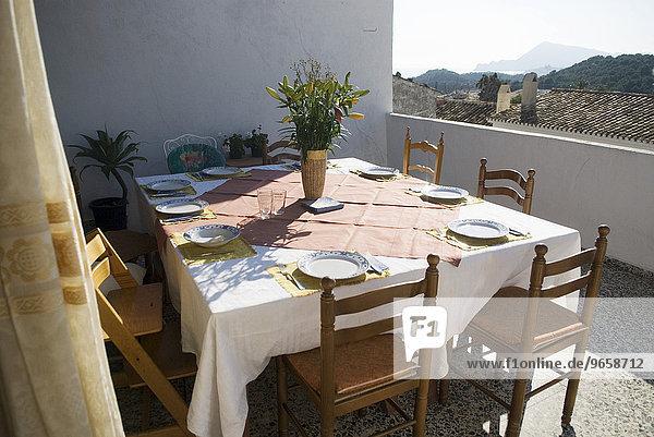 Gedeckter Tisch auf Terrasse eines alten Wohnhauses in Altea La Vella  Costa Blanca  Spanien  Europa