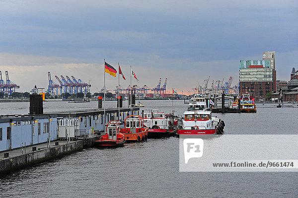 Schlepper vor St. Pauli  Hamburger Hafen an der Elbe  Hamburg  Deutschland  Europa