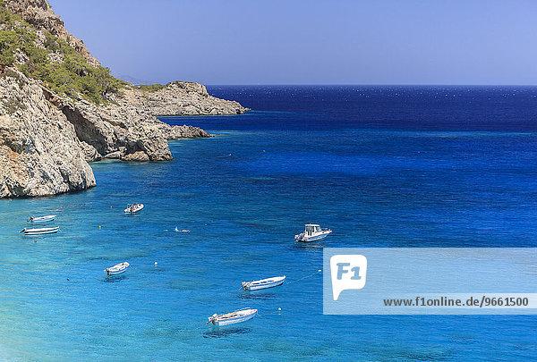 Boote im aquamarinblauen Wasser  Kyra Panagia  Karpathos  Dodekanes  Südliche Ägäis  Griechenland  Europa