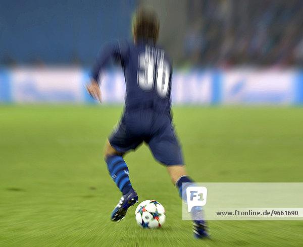 Fußballer mit Ball von hinten  Wischbild  Basel  Schweiz  Europa