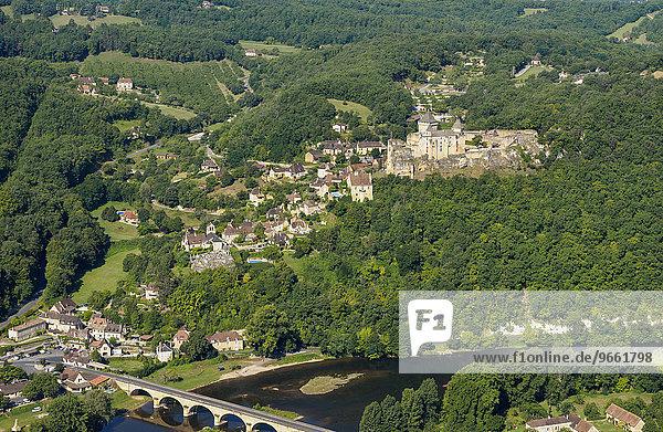 Luftbild  Burg und Dorf am Fluss Dordogne  Castelnaud-la-Chapelle  Périgord  Département Dordogne  Region Aquitanien  Südfrankreich  Frankreich  Europa