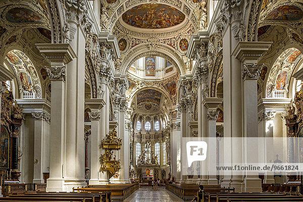 Kanzel  Stuckierung und Fresken im Mittelschiff  barocker Dom St. Stephan  auch Stephansdom  Passau  Niederbayern  Bayern  Deutschland  Europa
