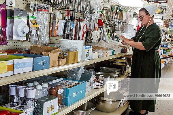 Frau Lebensmittelladen Kleidung kaufen Amische Illinois Supermarkt