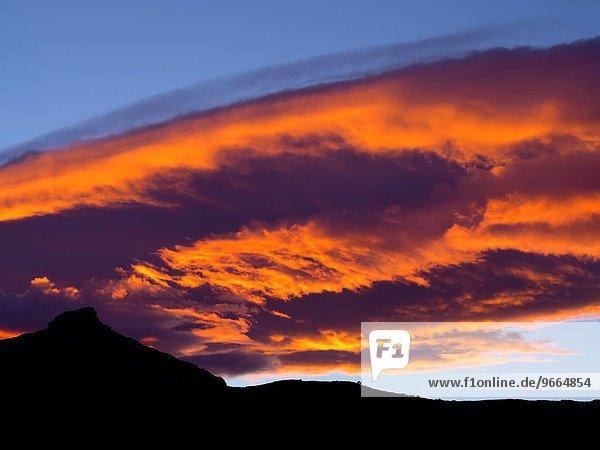 Landschaft Wolke Sonnenuntergang über Hügel Fluss rot Flussdelta Delta Katalonien Spanien Tarragona Provinz