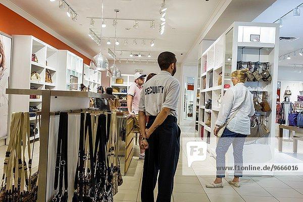 zeigen, Mann, Frau, sehen, innerhalb, kaufen, Handtasche, Wachmann, verkaufen, Florida, Orlando