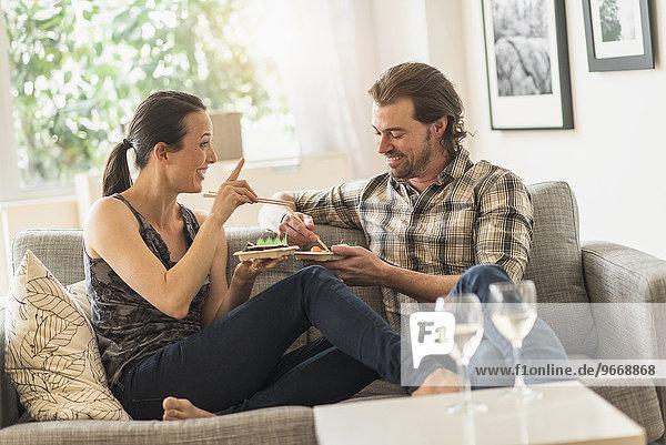 Fröhlichkeit Couch essen essend isst