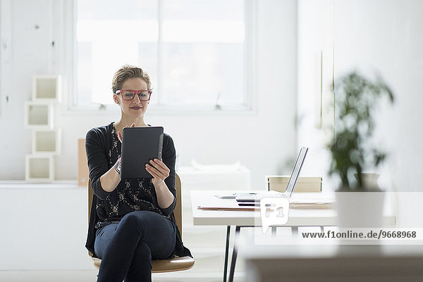 benutzen Geschäftsfrau Büro Tablet PC