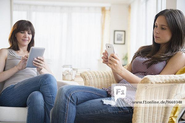 benutzen Jugendlicher Zimmer Tablet PC Smartphone Mädchen Wohnzimmer