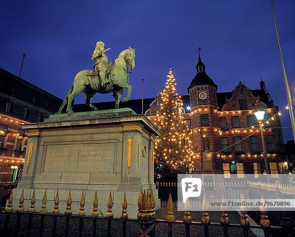 Rathaus beleuchtet Nacht Statue Weihnachtsbaum Tannenbaum Reiter Marktplatz Düsseldorf Nordrhein-Westfalen Deutschland Rheinland Stadthalle