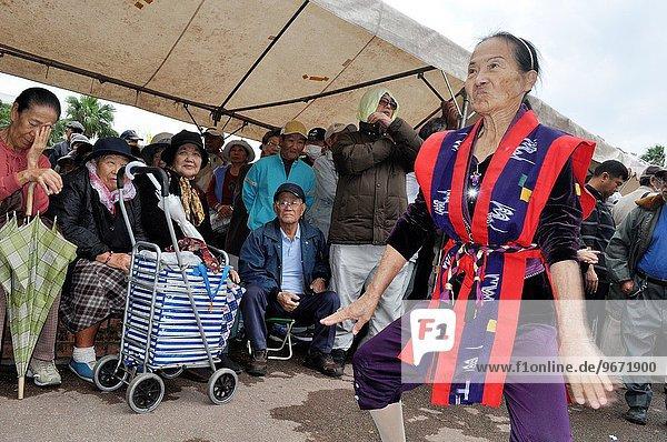Mensch Menschen Tradition geselliges Beisammensein tanzen Kostüm - Faschingskostüm Yoga Christ Verkleidung Japan Okinawa